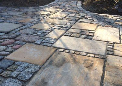 Eigenkreation aus Kleinsteinpflaster und Terrassenplatten