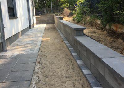 Paredo Mauer grau mit Decora terra/anthrazit und Compago nachtschwarz Platten