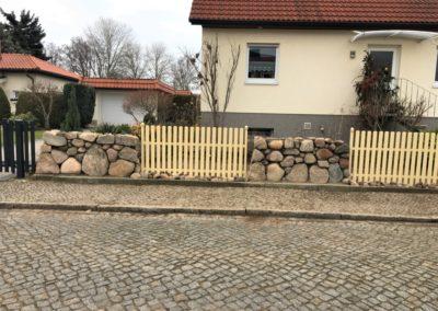 Feldsteinmauer als Zaunergänzung